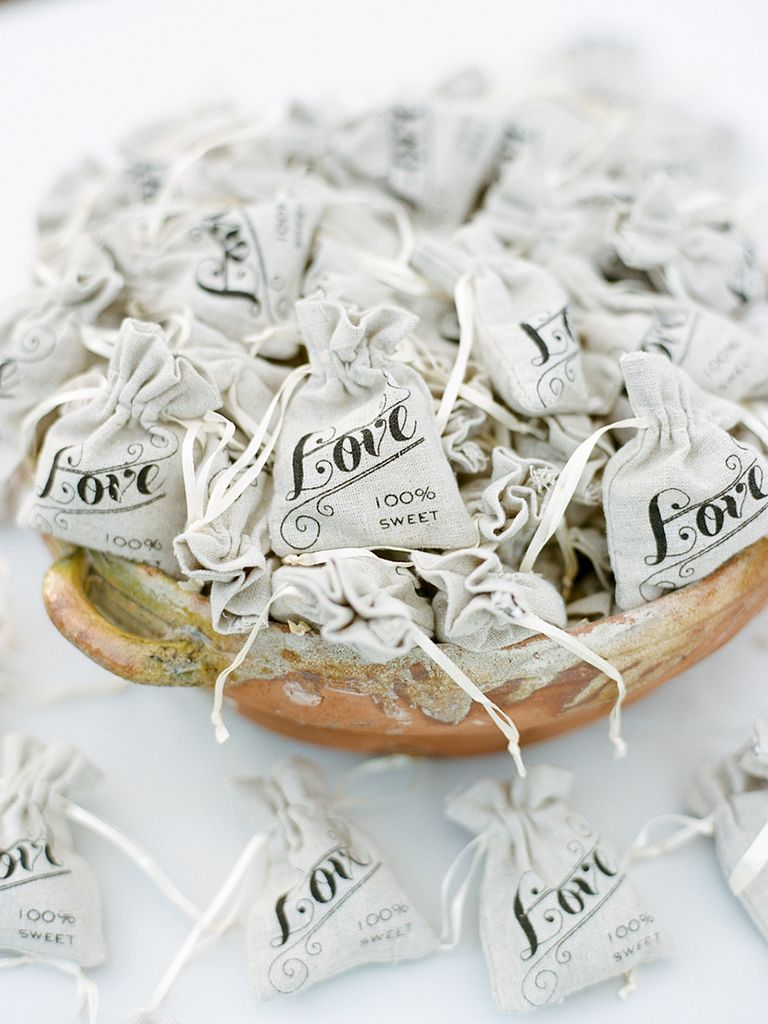 15 Favor Ideas for a Rustic Wedding | Burlap wedding favors, Wedding ...