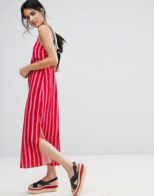 Compra Vestido largo con tiras de grosgrain y lazada en la parte posterior  en estampado de rayas de ASOS en ASOS. Descubre la moda online.