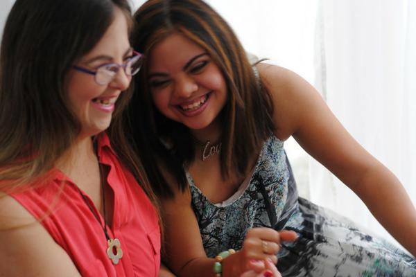 Foto de dos jovenes con síndrome de Down riendo