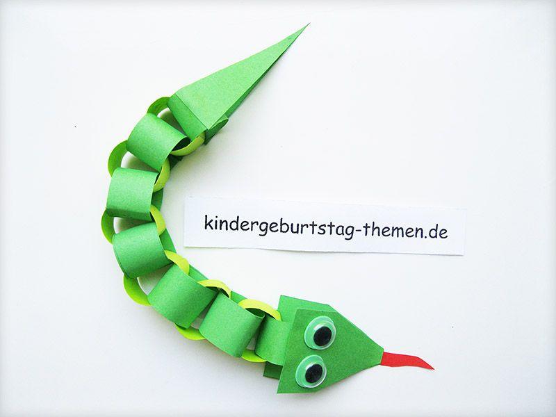 Eine bunte papier schlange mit kindern basteln for Drachen basteln im kindergarten