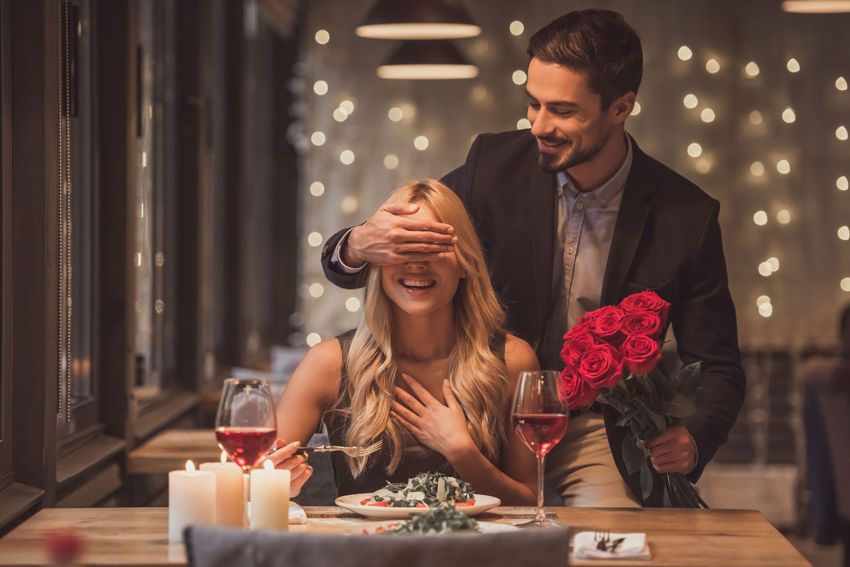 10 Romantic 1st Wedding Anniversary Celebration Ideas For Couples Indiagift Wedding Anniversary Celebration 1st Wedding Anniversary Anniversary Celebration