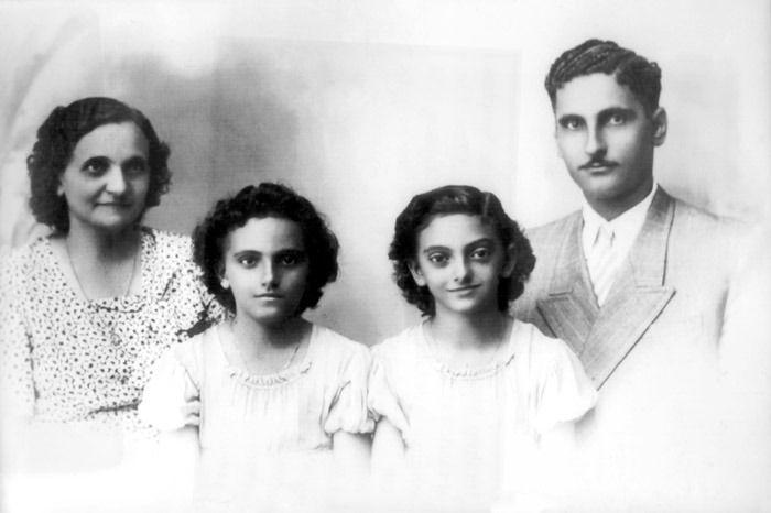 Ibrahim Menassa, imigrante libanês, sua esposa Alice Sanches, brasileira, e as filhas Adelaide e Alice. Ele, original de Ghosta, imigrou para Manaus (AM) em 1926. MANAUS (AM), s/d (possivelmente c. 1940