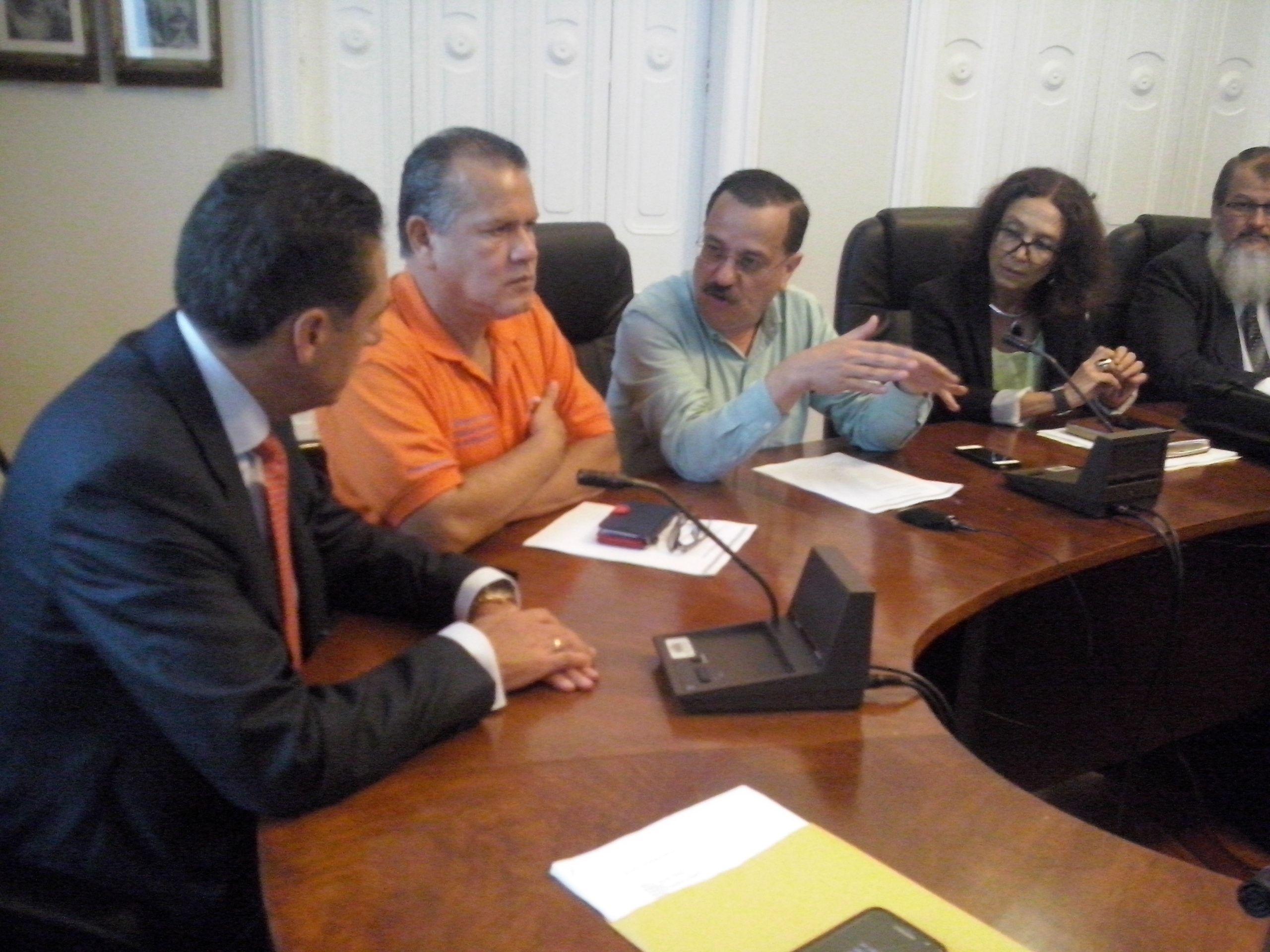 Sindicatos insisten en archivar reformas al empleo público