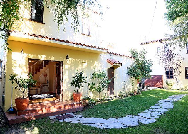 One Bedroom Vacation House, WeHo Los Angeles CA  #VacationRental #Apartments #DTLA #LosAngeles #California #USA #LA #CorporateHousing #HotelAlternative #travel #accommodation #vacation #rental #interiordesign #interior #design  #destination #vintage