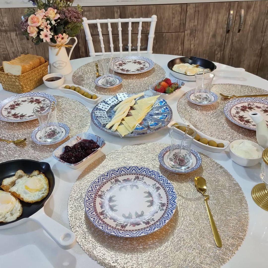 سحر الترتيب العراقية On Instagram مسائكم سعادة وامل حبيت اشاركم فطورنا الصباحي المتاخر وامسي عليكم واكلكم احبكم كومات اختكم سحر Table Settings Settings Table