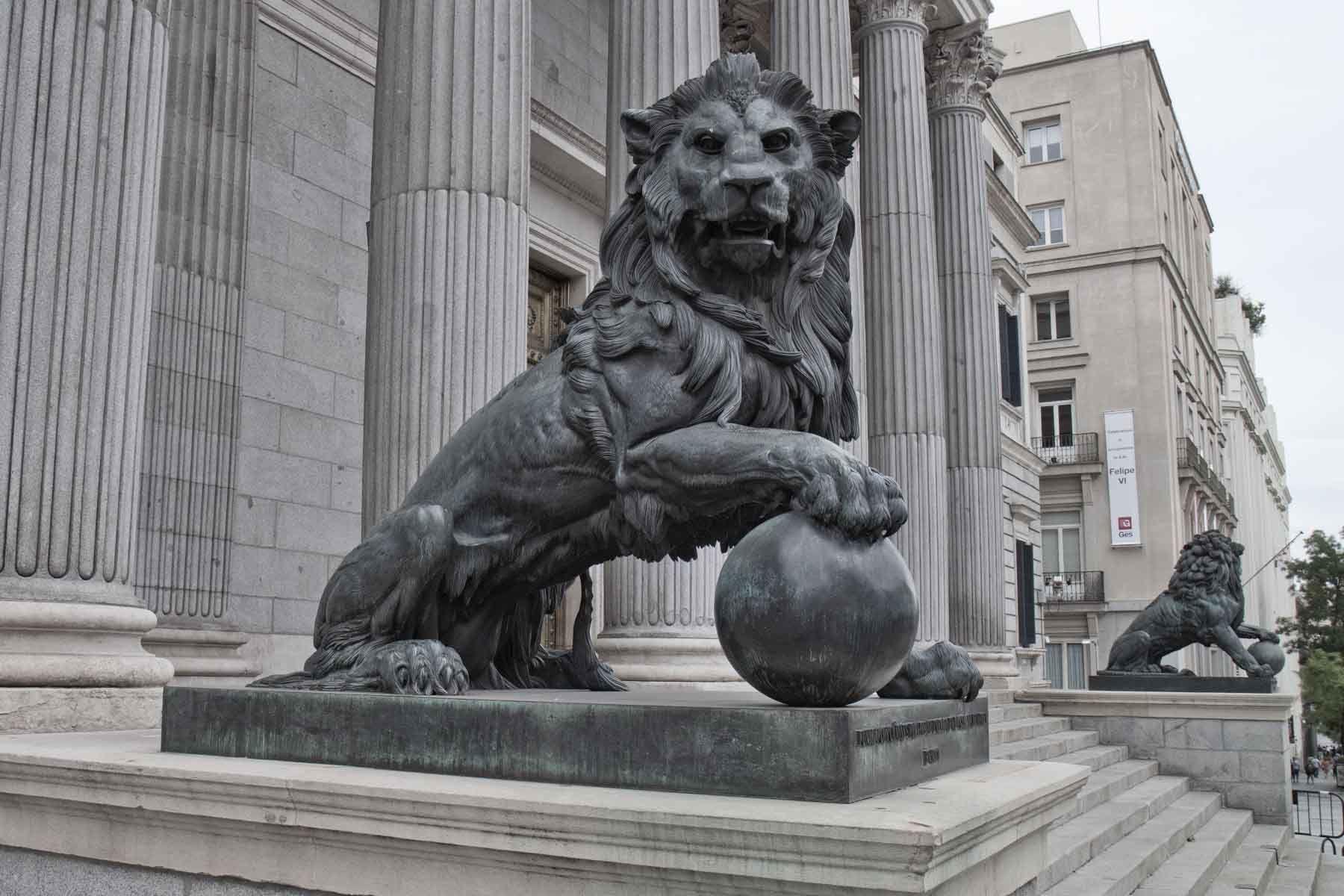 Lion statue outside congress Madrid. Google 搜索 Statue