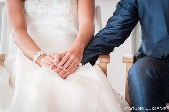 Trouwfoto bruidspaar hand in hand