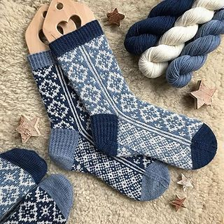 Photo of Ravelry: Erstes Snowfall Socks-Muster von Runningyarn