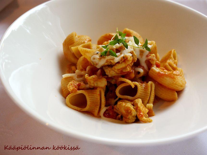 Kääpiölinnan köökissä: Ei tuo tuuli enää pelloilta pastan hajua... tomaattinen broileripasta Provinssin jälkimainingeissa