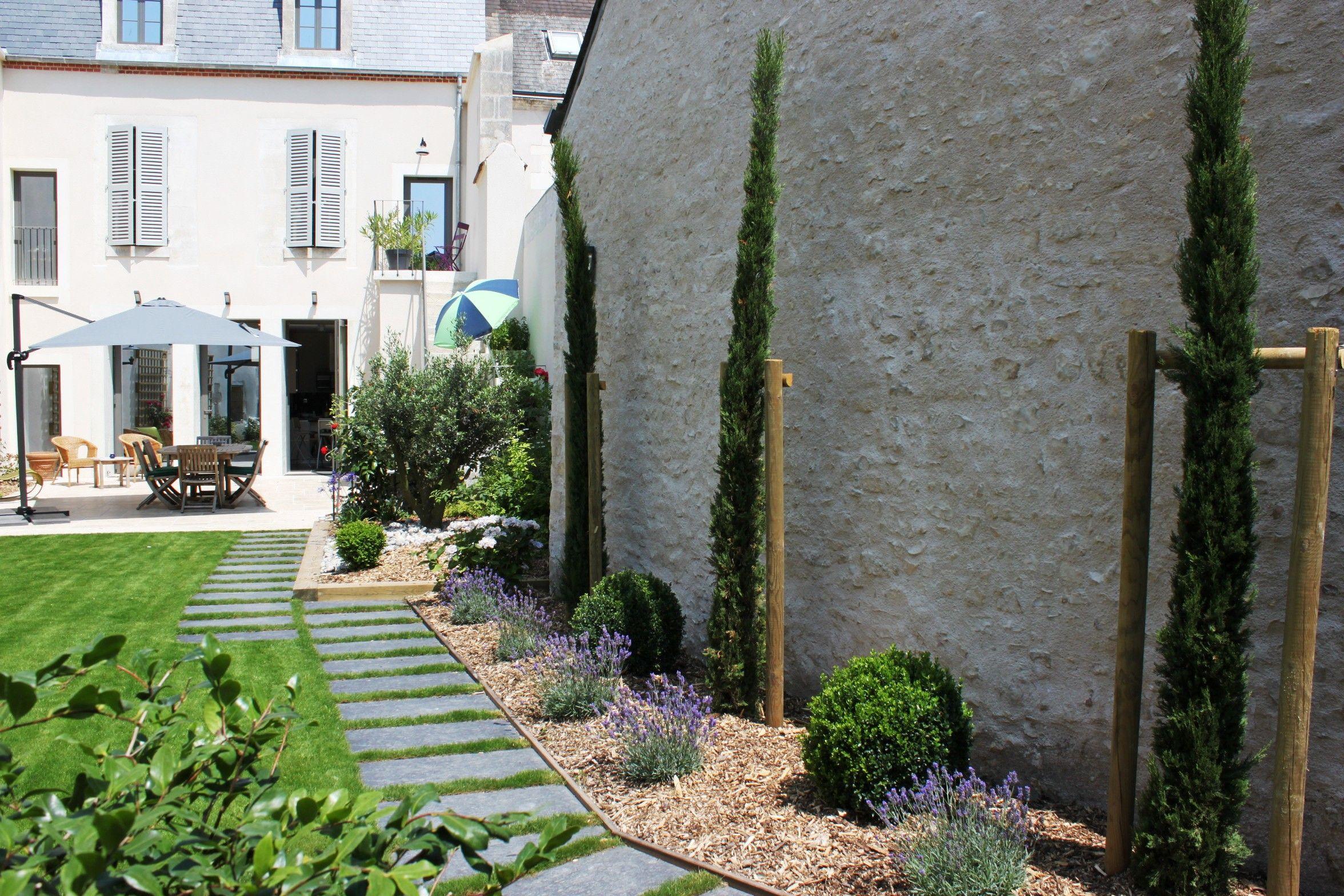 Cypr s de provence buis taill s lavande et larges dalles - Creer un jardin mediterraneen avignon ...
