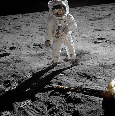 Aldrin passeggia sulla Luna L'Unità di Controllo Remota posta sul casco impediva ad Armstrong di vedersi i piedi. Mentre scendeva la scaletta di nove gradini, Armstrong tirò l'anello che schierò il Modular Equipment Stowage Assembly (MESA) contro il lato dell'Eagle attivando la telecamera della TV. Le prime immagini in bianco e nero di un uomo sulla Luna vennero viste in diretta da almeno 600 milioni di persone sparse in tutto il mondo.