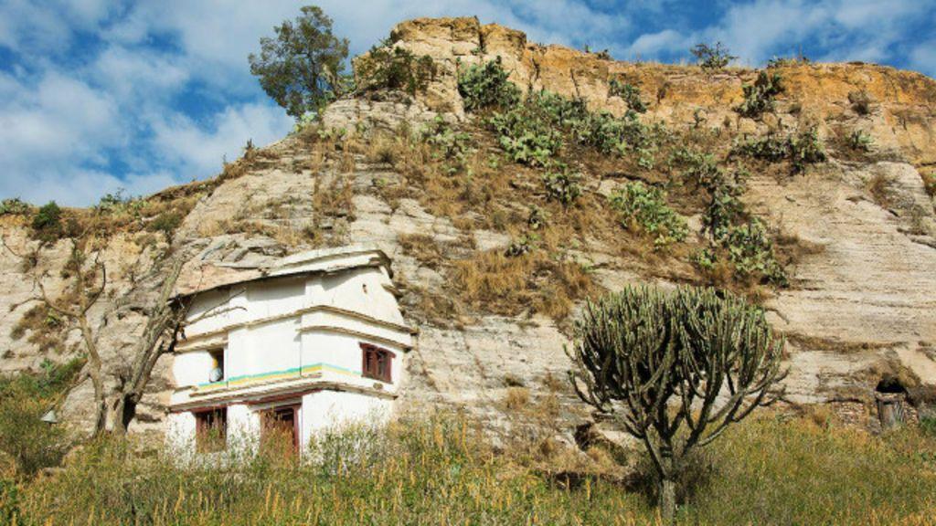 Chegar aos templos escavados em cavernas requer escalar paredões de pedra e contornar precipícios.