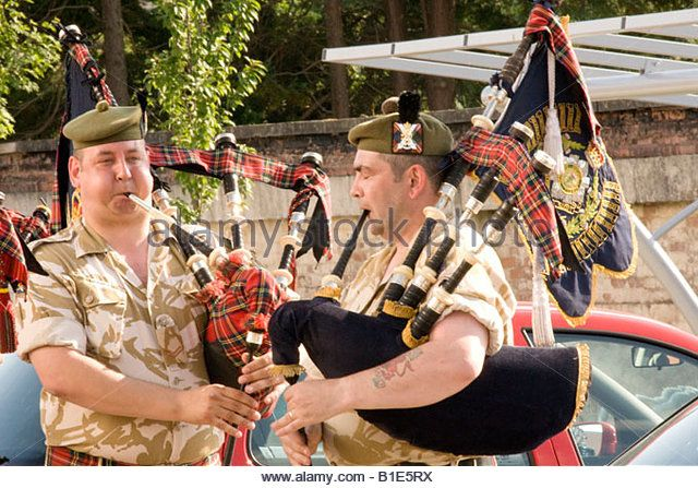 military-band-the-royal-regiment-of-scotland-bagpipers-practising-b1e5rx.jpg…