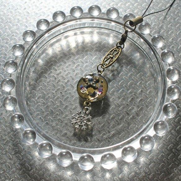 全長:12.8cm(ストラップ部分含めて)モチーフ:マル 直径1.6cm時計のパーツ、チャームなどを入れてレジンで固めています。|ハンドメイド、手作り、手仕事品の通販・販売・購入ならCreema。