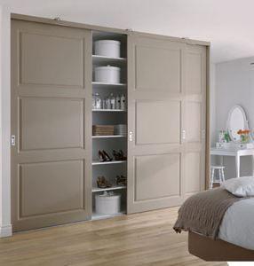 taupe schuifdeuren voor de inloopkast of garderobekast in de ...