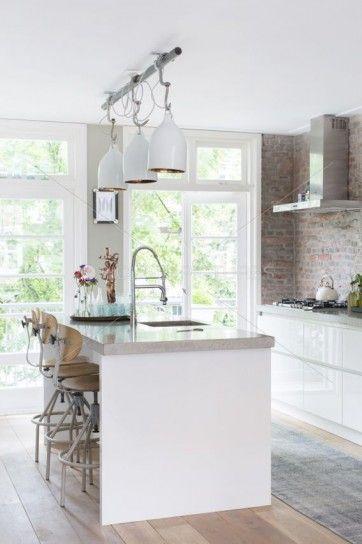 Arredare una cucina bianca - Cucina bianca con parete in pietra ...