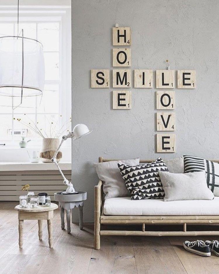 Apaixonada nessa decoração em tons claros, e essa cruzadinha na parede deu um toque a mais no ambiente. 😊