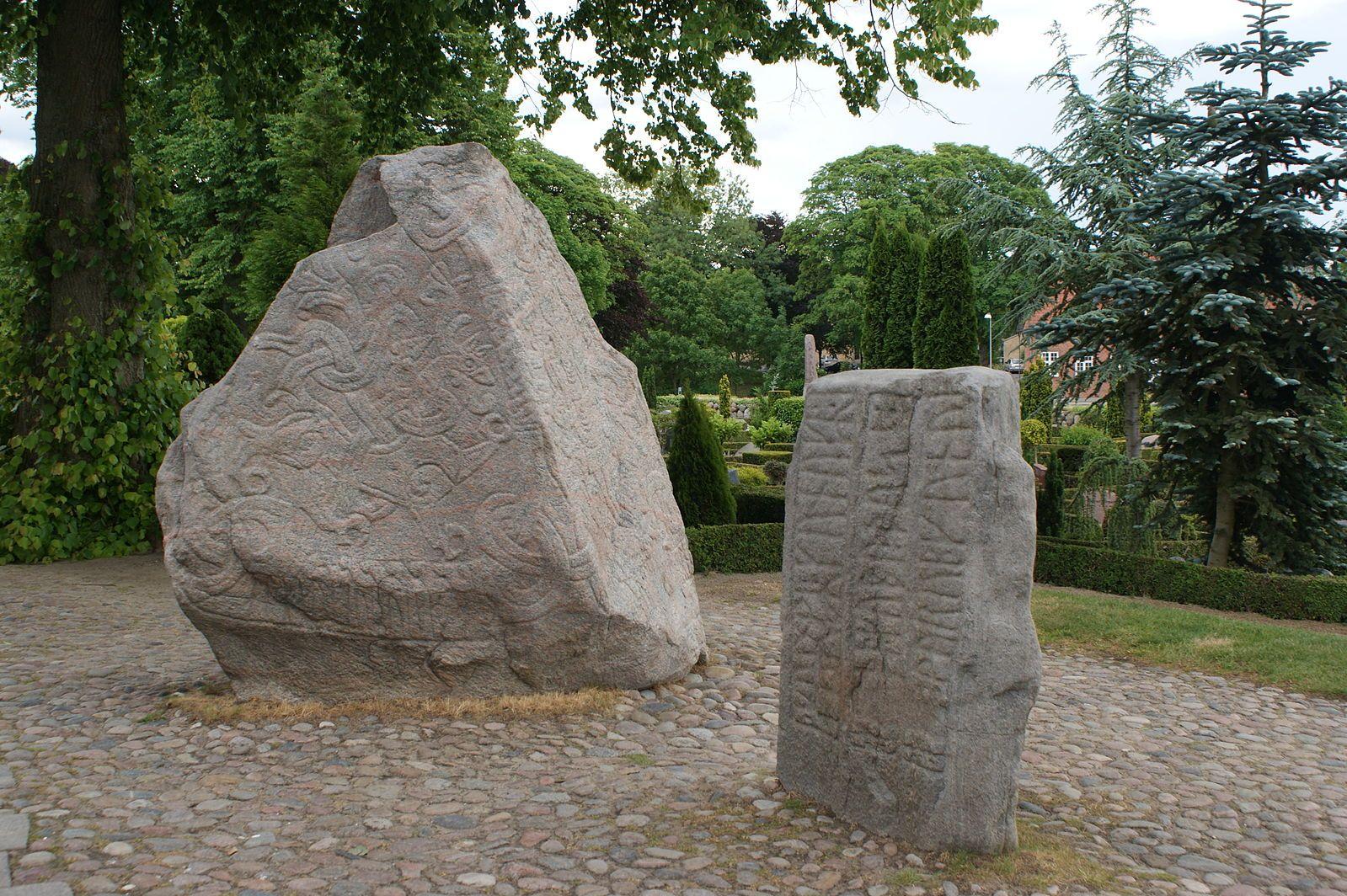 File:Runenstenen Jelling.jpg
