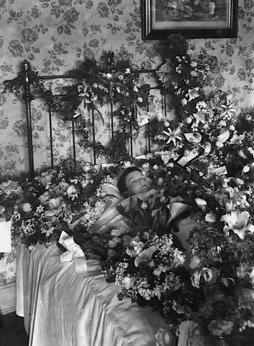 #memento #mori. Very sad and beautiful picture. #victorian #death #photos