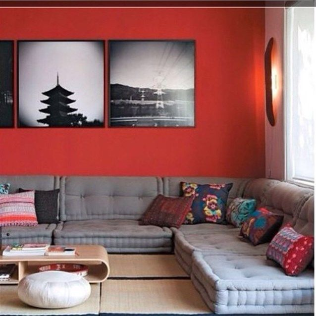 جلسة ارضية ذات ستايل مودرن يدخل فيها اللون الرمادي كأساس مع العديد من الالوان القوية Home Decor Futon Living Room Furniture