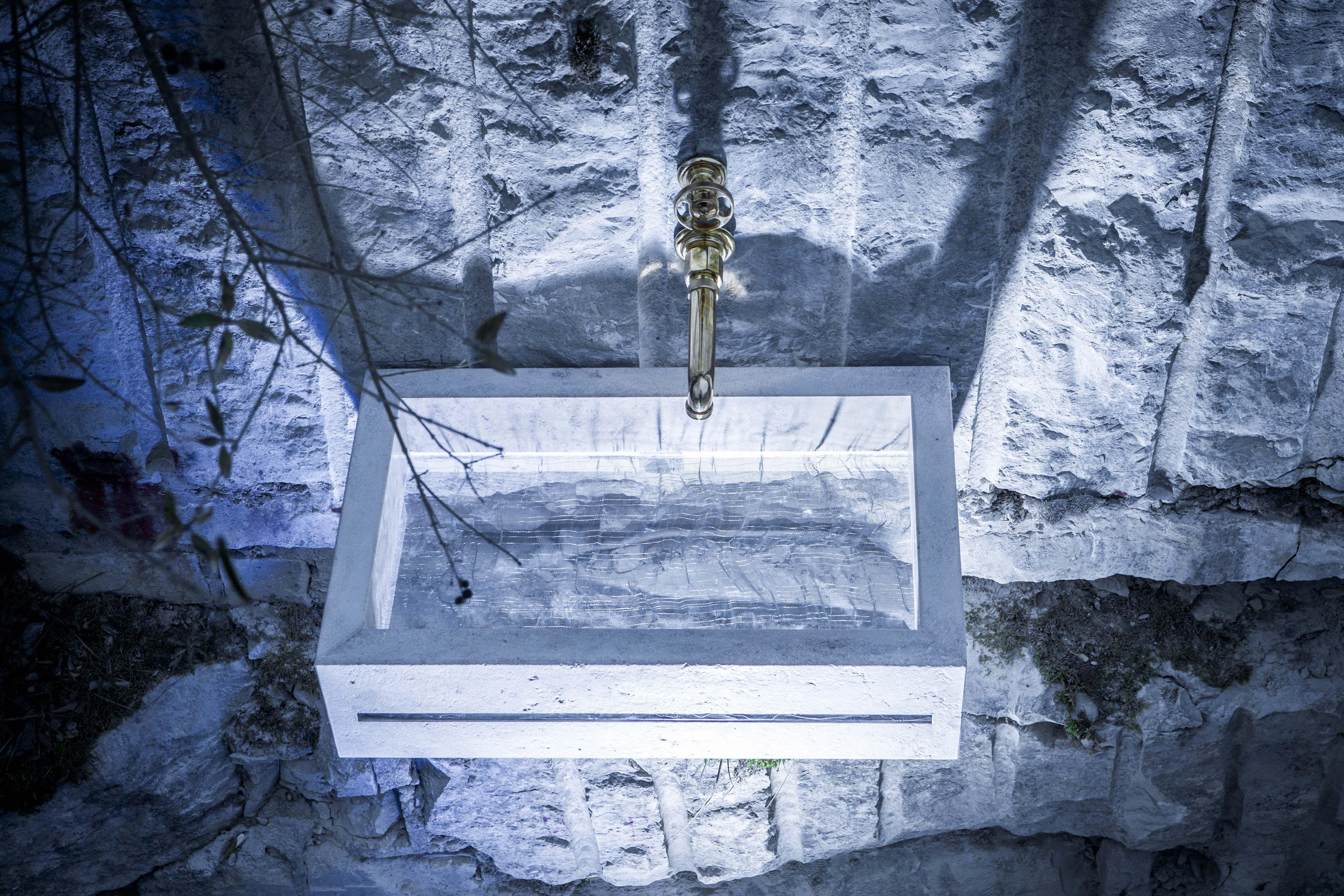 """Mit JUBASSIN inszeniert sich JUMA EXCLUSIVE einmal mehr als Badtraum """"Made in Germany"""". JUBASSIN kombiniert aufwendig aufbereiteten Naturstein mit einer verschiedenen edlen, effektvollen Acryl-Kreationen. Eine weitere Innovation im Badbereich: der unsichtbare Wasserabfluss, der für Betrachter offen lässt, wohin das Wasser abfließt."""