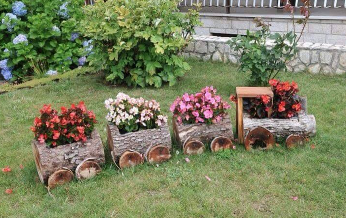 Wooden log train planter garden project discover best for Como decorar un jardin con plantas
