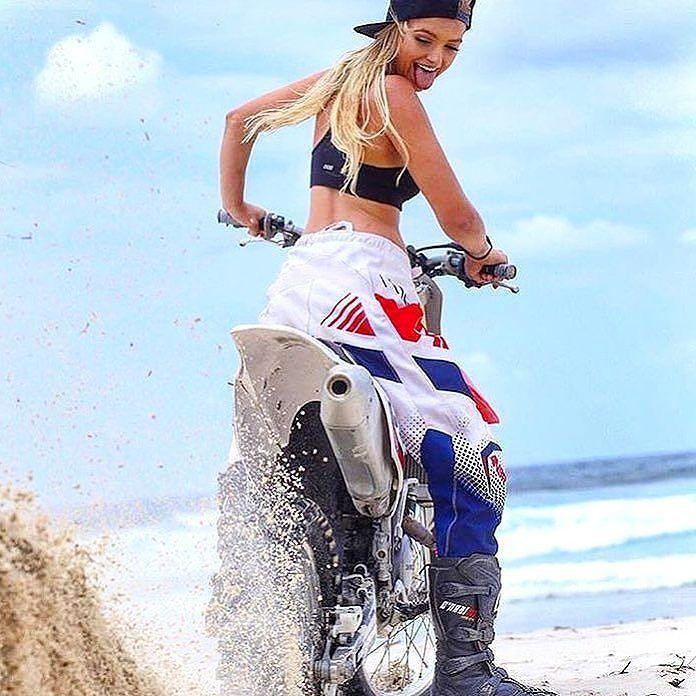 Vielä hetki ja sitten pääsee viikonlopun viettoon!  Kuka meinasi ajaa viikonloppuna? Ps. Me ainakin!  #viikonloppu #kesä #motolife #motocross #moottoripyörä #mopo #kesäloma #weekend