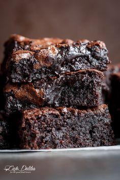 La mejor, cacao Brownies Fudgy un plato!  Una adición especial da a estos brownies de un centro de súper fudgy sin perder ese crujiente, crujiente arriba!  |  http://cafedelites.com