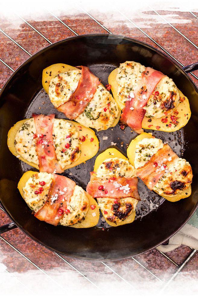 Überbackene Kartoffelhälften mit Brunch und Bacon