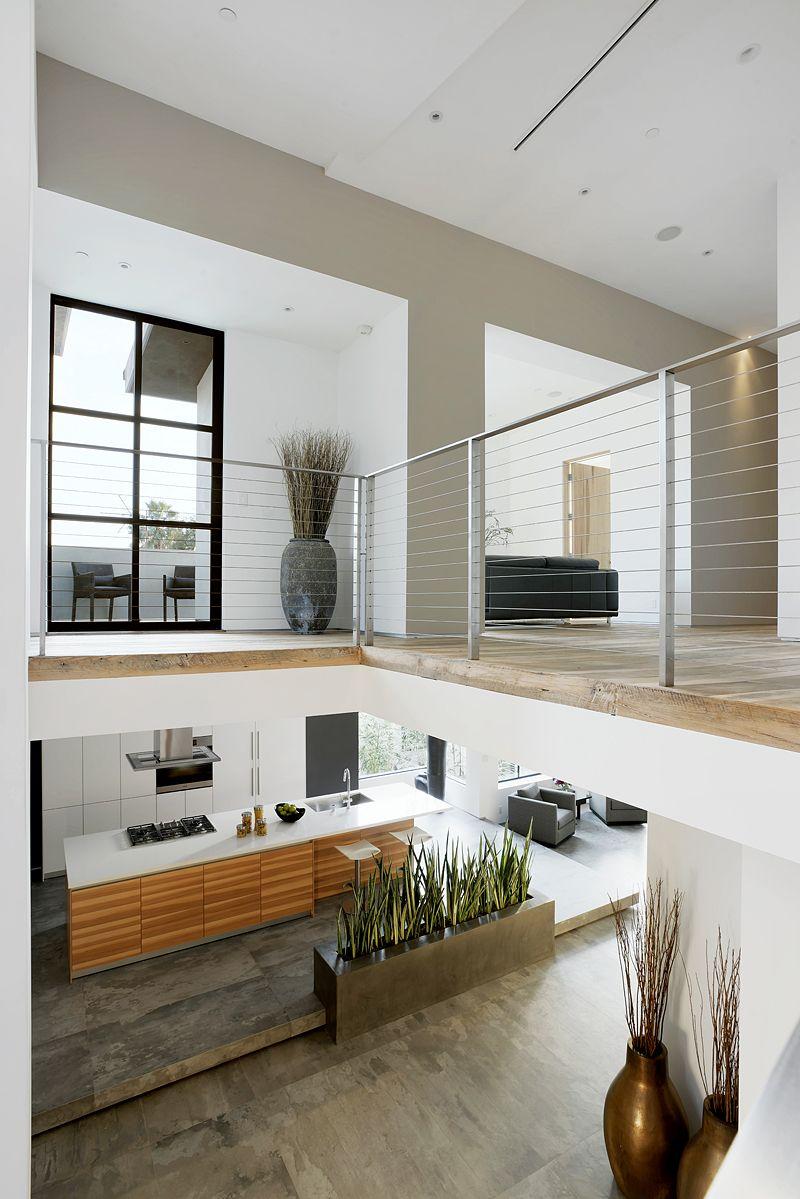 Dise o de moderna casa de dos pisos con aplicaciones de madera en fachada y arte en el interior - Aplicaciones para buscar piso ...