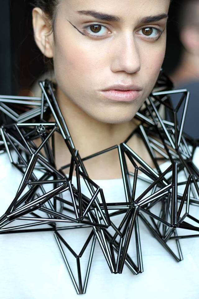 Idée et inspiration Bijoux :   Image   Description   Geometric Fashion Jewellery – 3D structured necklace constructed from tube beads; jewellery architecture // Titania Inglis
