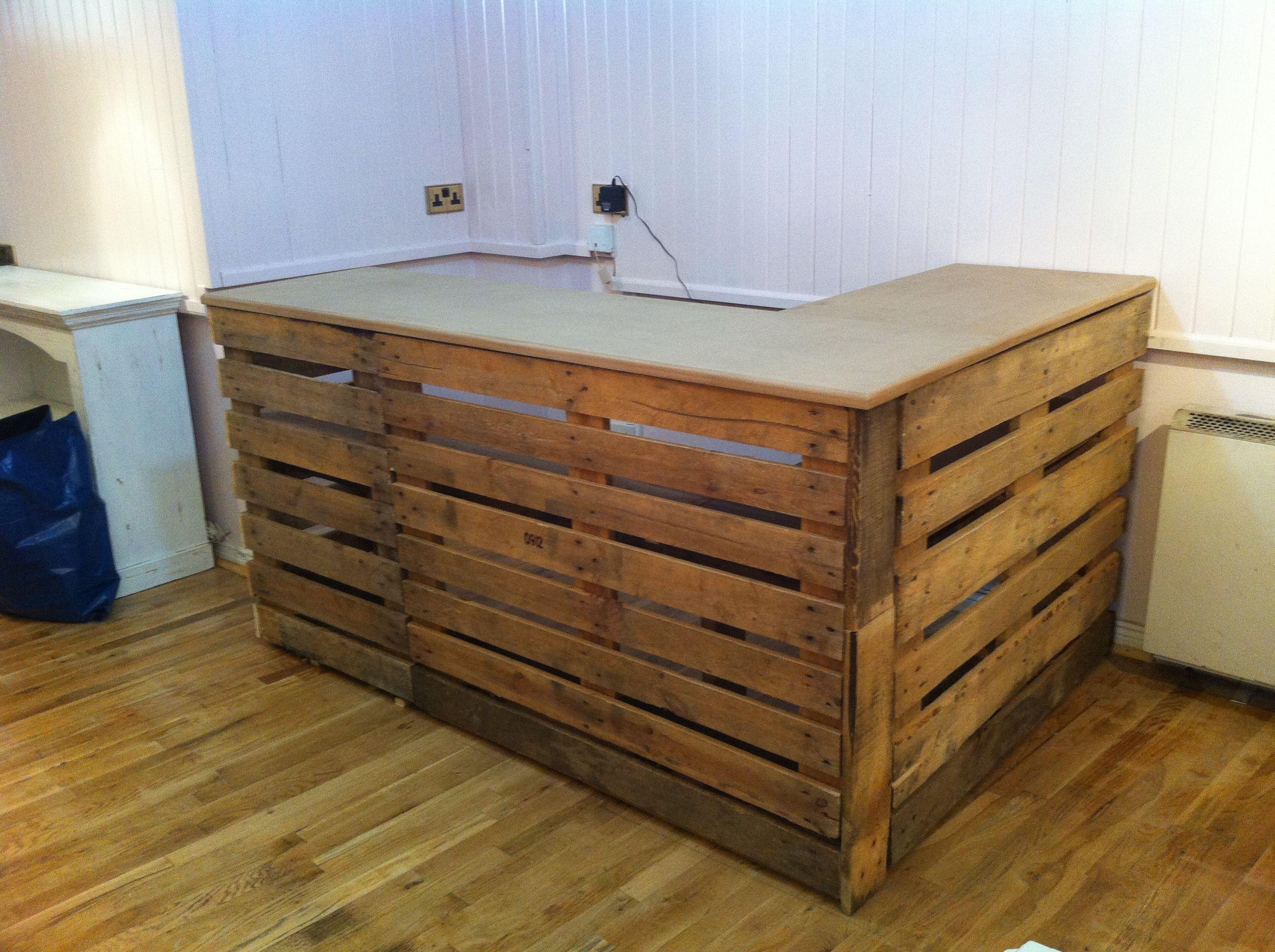pallet desk das ist ja mal ne echt geile idee f r einen mein laden. Black Bedroom Furniture Sets. Home Design Ideas