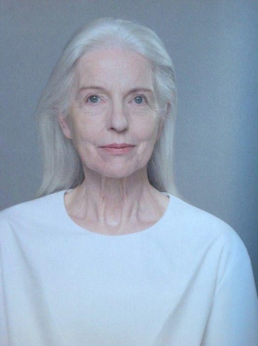 la femme aux cheveux blancs et long et blouse cos blanche