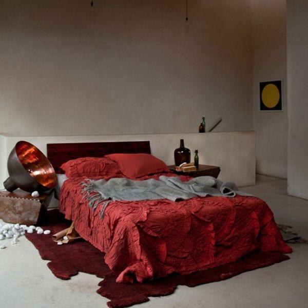 einrichtung farben gestalten dekoideen rot bettdecke schlafzimmer