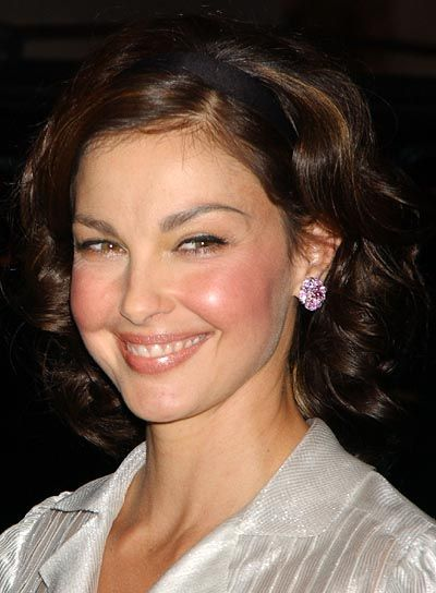 Ashley Judd's curly bob is super-sweet, a perfect look for school, work or Sunday brunch.