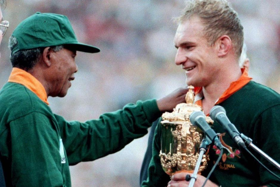 President Nelson Mandela And Captain Francois Pienaar At The Major Uplifting Inspiring And Unifying South African Sporting Event World Cup Rugby 95 Com Imagens Nasce