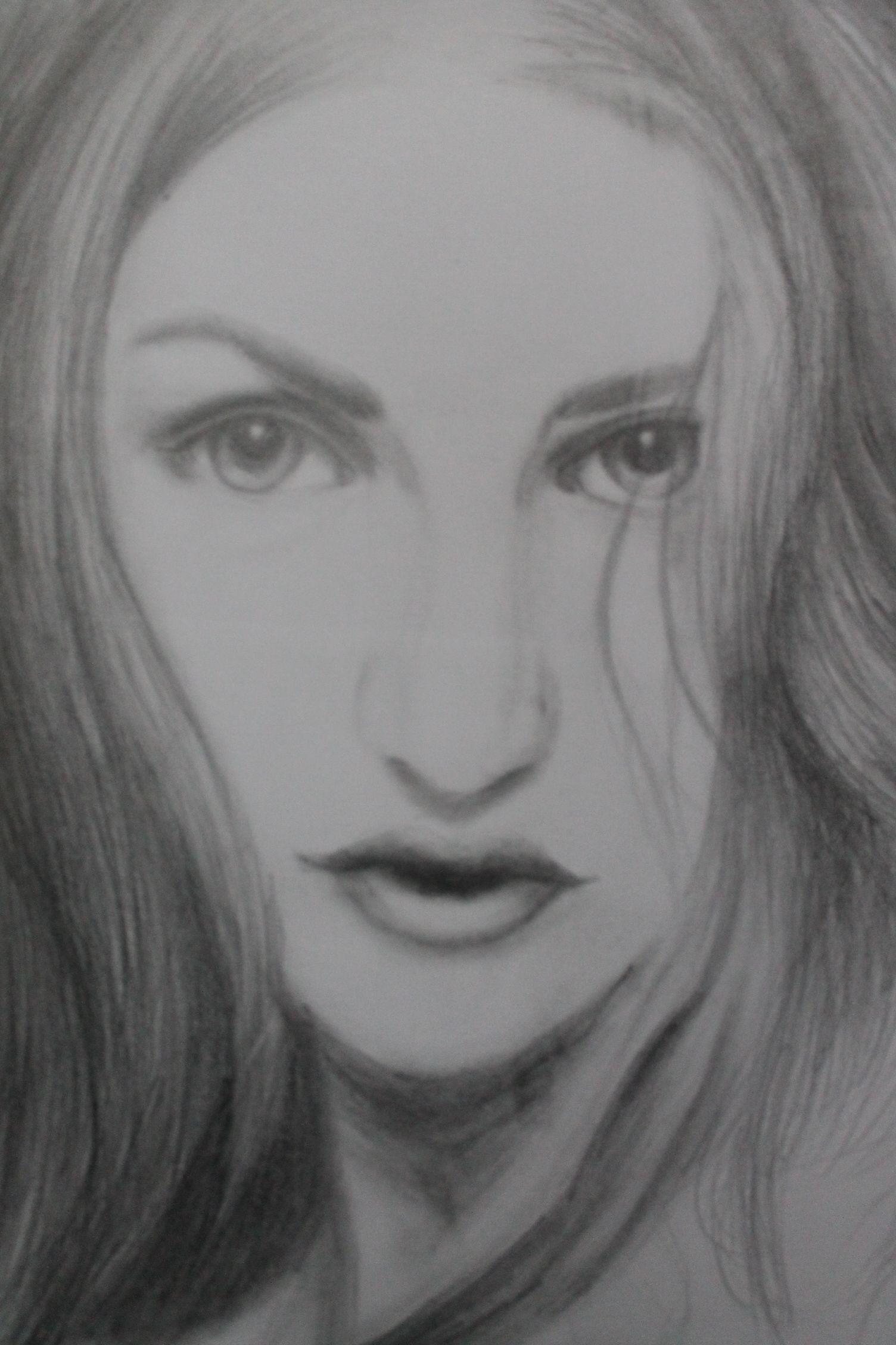 AMO DIBUJAR, realmente me encanta dibujar de muchas cosas. Ya sea rostros humanos, caricaturas, algo de anime (Aunque eso último ya no lo he realizado)  De hecho éste dibujo yo lo hice, es Frances Bean Cobain. Es uno de los dibujos que más me ha gustado.