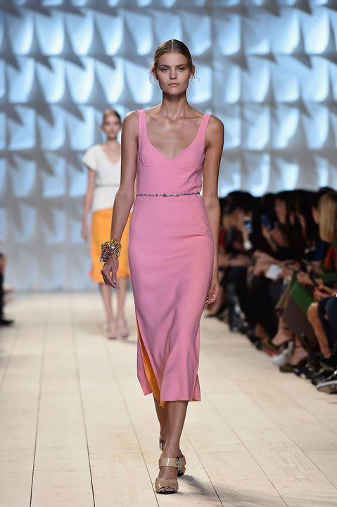 Paris Fashion Week SS 2015: Nina Ricci Colección de silueta de los cuarenta.  http://www.harpersbazaar.es/noticia/11620/paris-fashion-week-ss-2015-desfile-de-nina-ricci/