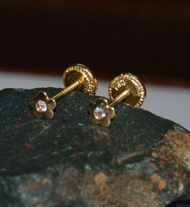 48a55f5ba0ef Aretes flor elaborados en oro de 18 quilates la presión es ortopédica y con  tornillo.