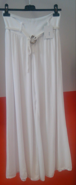 Pantalón Falda larga con cintura alta y cinturón, en color blanco. Precio 14,99€