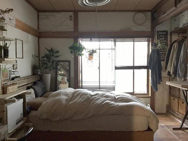 おはよーございます!! 昨日の引きpicです(*´艸`*)♥︎∗* 大きい本棚なくなったので広くなりましたぁー(・ω・)v 鴨居塗りたい・・・・・(p`・ω・´q) ※※※ #myhome#home#interior#interia#DIY#DIY#bad#badroom#マイホーム#ホーム#インテリア#寝室#ベッド#ベッドルーム#セルフリノベーション#セルフリフォーム#元和室#改装中#クッションフロア#ディスプレイ#instapic#instashot#kaumo