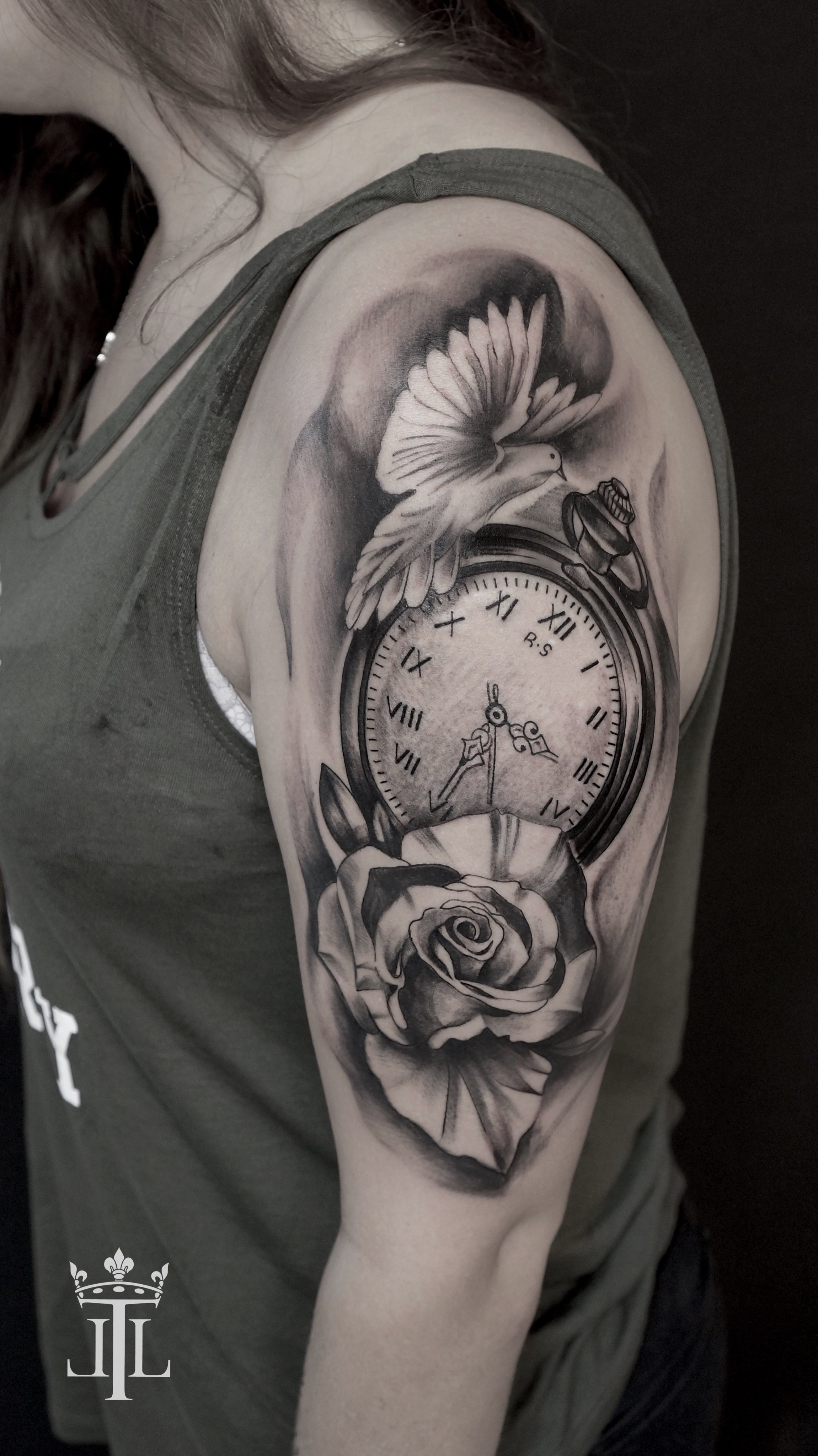 Realistic Compass Tattoo With A Black And White Rose And A Bird By Lebende Legend Schwarze Tattoos Tatowierungen Tattoo Armel Frauen