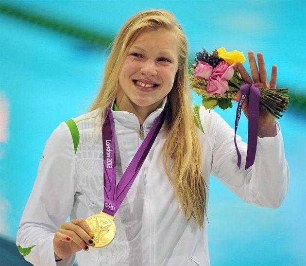 La lituana Ruta Meilutyte celebra con su medalla de oro hoy, lunes 30 de julio de 2012, tras la prueba femenina de 100 metros pecho