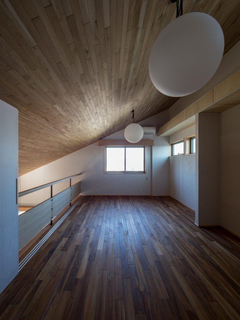 北林泉の家 羽目板の勾配天井で1階と繋がる書斎 書斎 子ども室