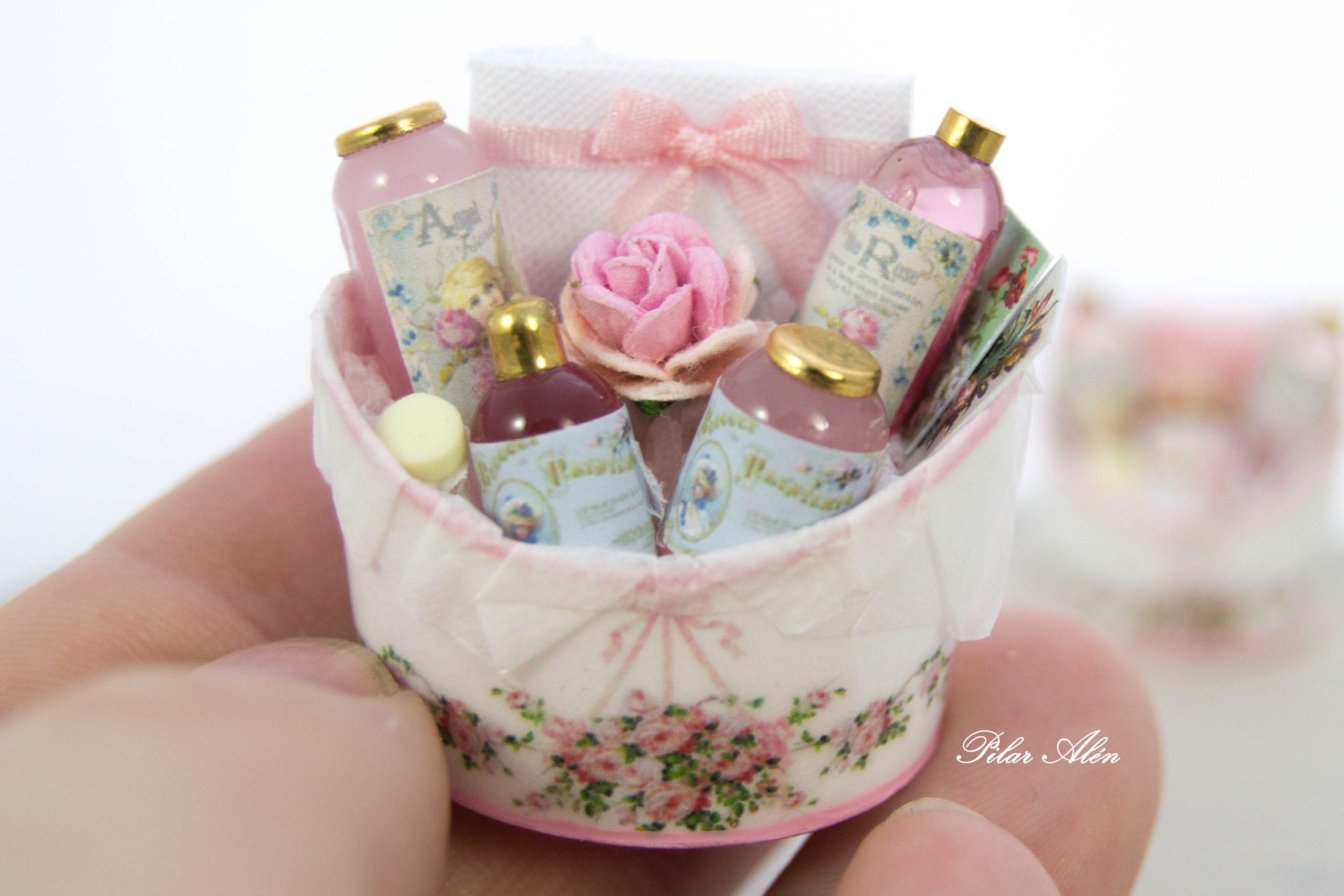 Casa de muñecas en miniatura 1:12th escala Rosas en una cesta de imagen