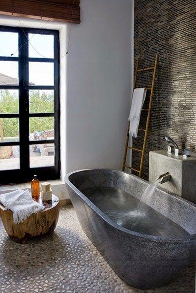 natuursteen op vloer en wand: strips op de muur, pebbles op de vloer ...