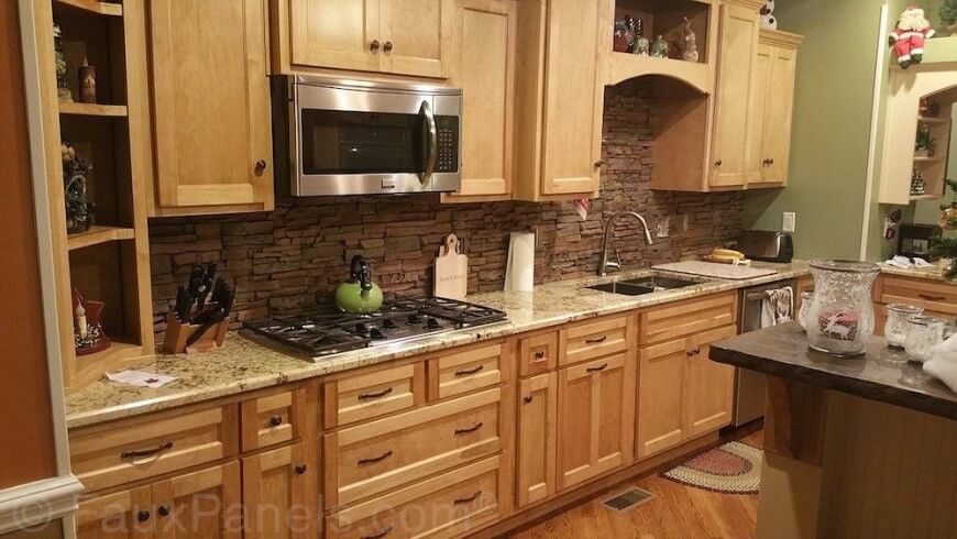Schon Eine Dunkle Geschichteten Steine Backsplash Hinzugefügt Dieses Helle Holz  Und Granit Küche Layout Textur Und Zeitgemäßen