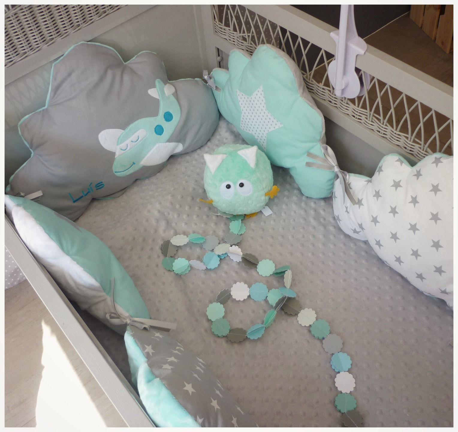 tour de lit b b nuage motif avion bleu aqua et gris clair linge de lit enfants par les petits. Black Bedroom Furniture Sets. Home Design Ideas