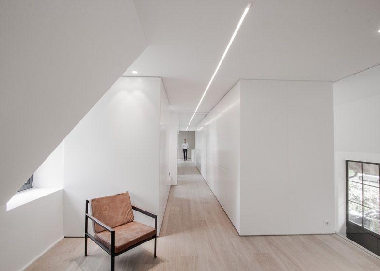 Contekst combines oak and concrete for minimal belgian house white