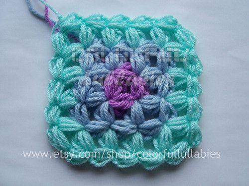 Bild från http://cdnimg.visualizeus.com/thumbs/4f/6f/afghan,blanket,color,crochet,grannysquare,jasminestitch-4f6ffbcf0783f6669dad4c080e7107e6_h.jpg.
